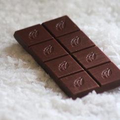 Sea Flakes, 44% Milk Chocolate & Sea Salt on a bed of Cornish Sea Salt. 100% natural artisan chocolate.